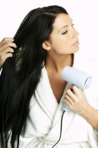 Frau mit Haartrockner