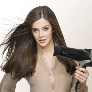 Frau mit Braun Satin Hair Fön