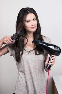 Frau pflegt Haare