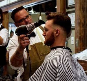 Friseur mit extra leisem Haartrockner