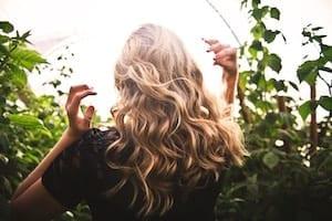 Blonde lockige Haare